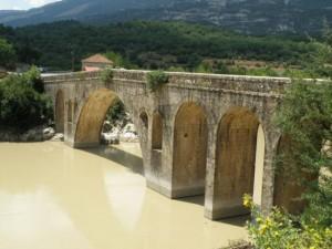 Το ιστορικό πέτρινο γεφύρι Αυλακίου