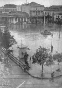 Πλατεία Μπέλλου - Η φωτογραφία της κεντρικής πλατείας αποτελεί ένα σημαντικό φωτογραφικό ντοκουμένο. Είναι μια φωτογραφία του κρεμασμένου Αβραάμ Αναστασιάδη, που πήρε ο παλιός γνωστός φωτογράφος του Αγρινίου Σπ. Ξυθάλης από μιά παρακείμενη οικοδομή