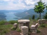 Η θέση «Τσαγκαράλωνα», κοντά στα Φιδάκια Ευρυτανίας, προσφέρει μαγευτική θέα στη λίμνη Κρεμαστών και τη γέφυρα Επισκοπής