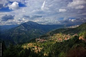 Αετοφωλιές που αγκιστρώνονται στα βουνά τα χωριά της Ορεινής Ναυπακτίας. Εδώ τα Κρυονέρια