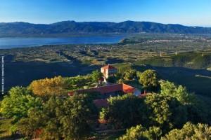 Το μοναστήρι της Παναγιάς Βλοχαΐτισσας και στο βάθος η λίμνη Τριχωνίδα