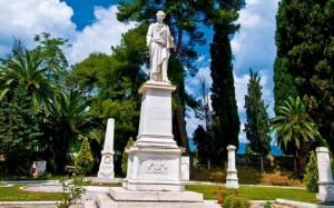 Σημαντικό μνημείο της πόλης είναι ο Κήπος των Ηρώων, με τα δεκάδες αγάλματα αγωνιστών της Επανάστασης.