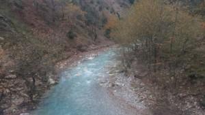 Ο ποταμός Φιδάκια όπως διακρίνεται κατά τη διέλευση από τη γέφυρα λίγο μετά τη Μάνδρα