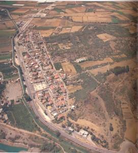 Αεροφωτογραφία του Στράτου με τη γύρω πεδινή έκταση και τον σημερινό ομώνυμο οικισμό του
