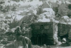 Στην παλιά βρύση του χωριού με τον πλάτανο, 1949 (πριν την καταστρέψουν για μια «μοντέρνα!» με τσιμέντο...)