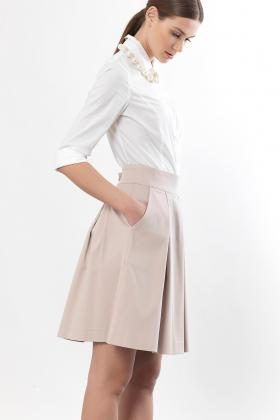fd8509134a8 Η Bill Cost φούστα με πιέτες δείχνει υπέροχη με ένα άσπρο πουκάμισο και  μπαλαρίνες. Πρόκειται για ένα outfit που μπορείτε να το φορέσετε από το ...